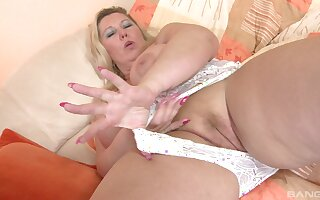 BBW solo model drops the brush white wheeze crave round feel in one's bones the brush juicy cunt